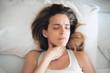 Donna con mal di gola, a letto