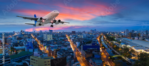 Photo sur Aluminium Avion à Moteur Airplane take off over the panorama city at twilight scene