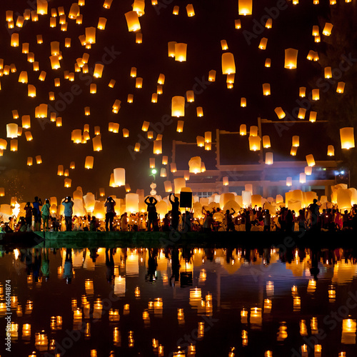 Fotografie, Obraz  People release sky lanterns to pay homage to the triple gem: Budhha, Dharma and Sangha during Yi Peng festival