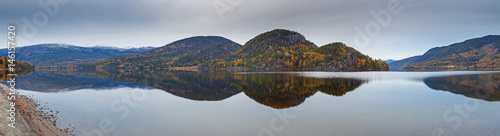 Staande foto Bleke violet Norwegian panoramic autumn landscape – fjord with reflection of mountains in clear water