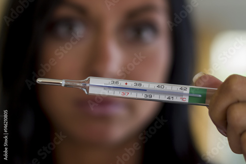 Fotografia  Frau mit Fieberthermometer
