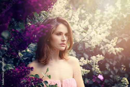 dziewczyna-modelka-z-dlugimi-wlosami-bob-mloda-piekna-kobieta-na-kwiatu-tle