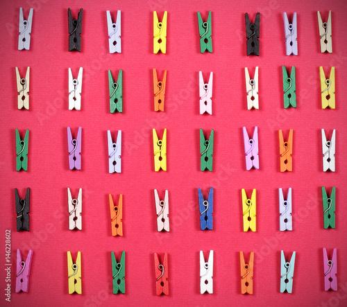 Zdjęcie XXL clothespins jasne trochę inny kolor leżą na stole