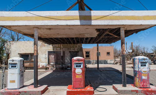 Foto auf Leinwand Route 66 Aged old abandoned vintage gas station on route 66 in southern California
