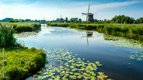 In de dag Molens Typical Dutch landscape in Alkmaar, the Netherlands