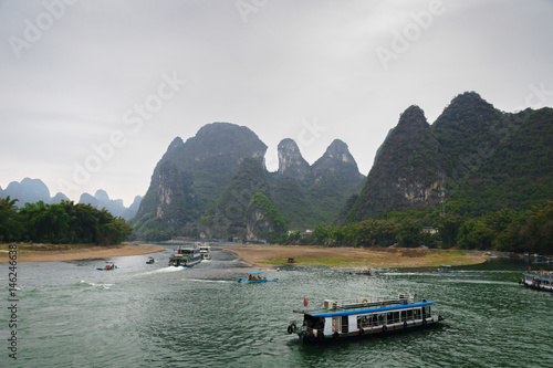 Photo  Li river and karst mountains / hills in Yangshuo, Guangxi, China, one of China's most popular tourist destinations