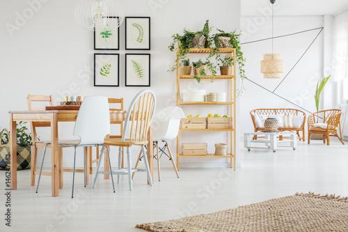 Fotografía  Dining room with green plants