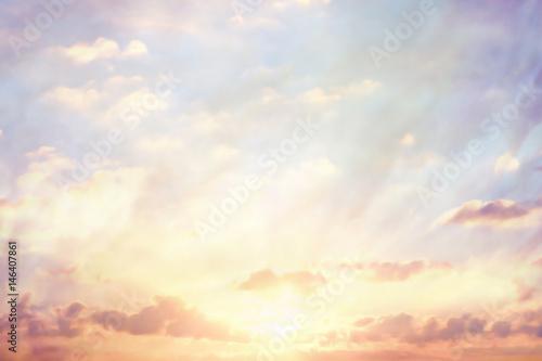chmury-na-tle-nieba-akwarela-kolory-rozmycie