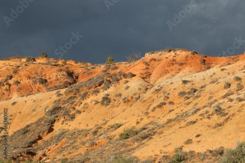 Tuinposter Terres ocres ou marnes dans les Corbières, Aude dans le sud de la France