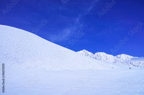 Keuken foto achterwand Donkerblauw スキーゲレンデとシュプールと雪山