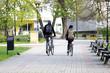 Szczęśliwa para, dziewczyna i chłopak jadą na rowerze w parku.