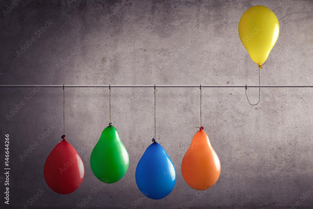 Fototapety, obrazy: Ein Luftballon der aus einer Gruppe heraussticht
