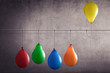 canvas print picture - Ein Luftballon der aus einer Gruppe heraussticht
