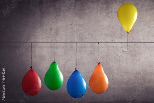 Fotografie, Obraz  Ein Luftballon der aus einer Gruppe heraussticht