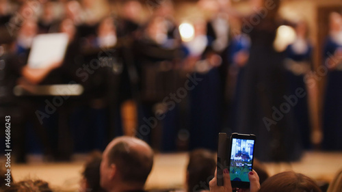 Valokuva Spectators at concert - people shooting performance on smartphone, music opera