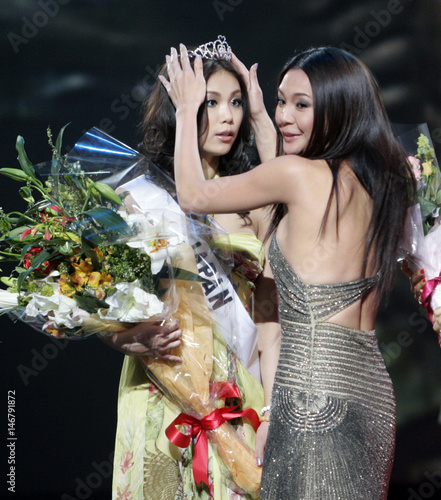 Riyo Mori (L) is crowned as 2007 Miss Universe Japan by 2006 Miss ...