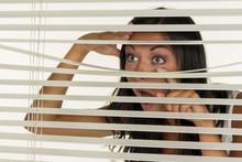 Junge Frau Beobachtet