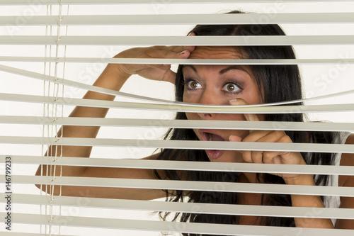 Fotografía junge Frau beobachtet