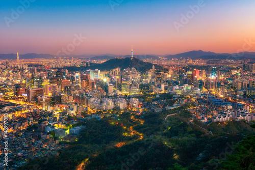 Zdjęcie XXL Seul miasto i namsan basztowa linia horyzontu przy nocą w Korea
