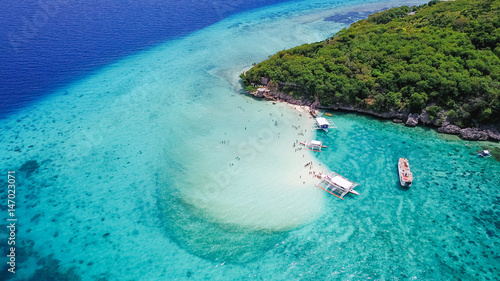 In de dag Luchtfoto Aerial view of sandy beach with tourists swimming in beautiful clear sea water of the Sumilon island beach landing near Oslob, Cebu, Philippines. - Boost up color Processing.