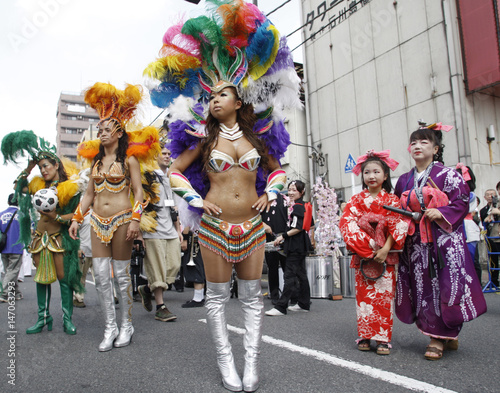 Participants in Japan\u0027s traditional costumes and Brazilian