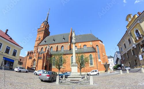 Fototapeta Bazylika katedralna Narodzenia NMP w Tarnowie – kościół gotycki z XIV w, przebudowywany w latach 1827-1900. Trzynawowy, zamknięty trójboczną absydą oraz wysoką na 72 m wieżą.
