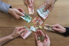 Crowdfunding Konzept: Viele Hände Mit Geldscheinen