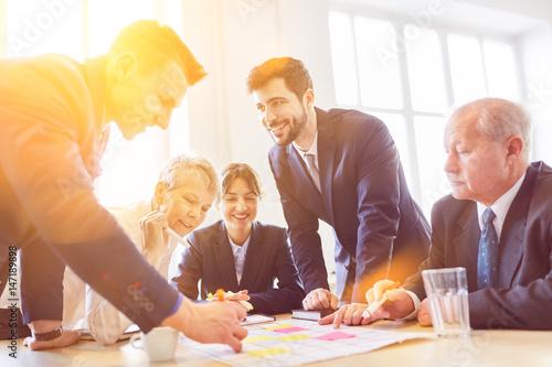 Fotomural Business Team arbeitet zusammen bei Strategie Entwicklung