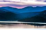 Różowy zachód słońca w jeziorze Weed California przez Mount Shasta ze wzgórzami i łąkami - 147212892