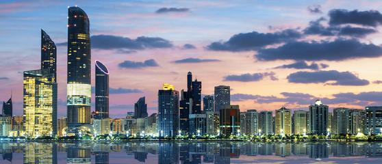 Pogled na Abu Dhabi Skyline u zalazak sunca