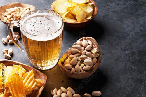 piwo-lager-i-przekaski-na-kamiennym-sto