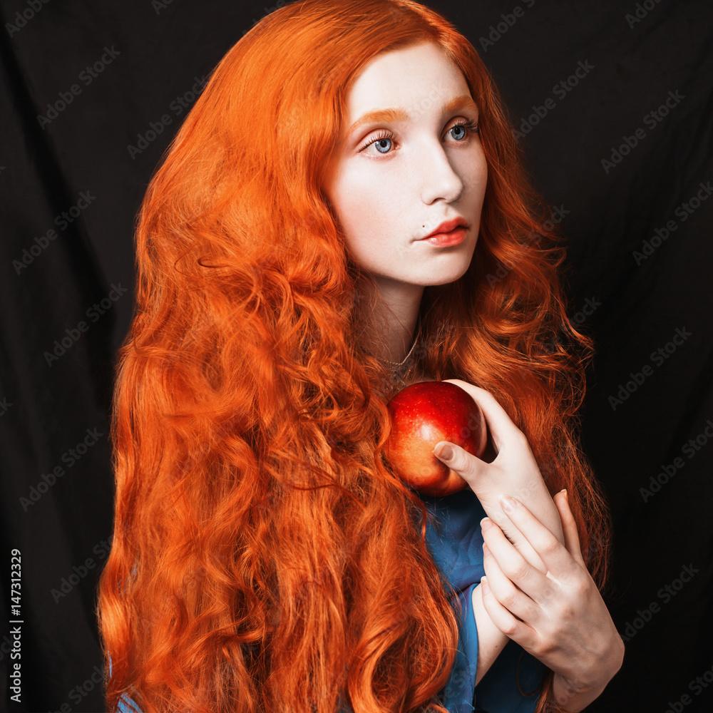 Naklejka Rudowłosa kobieta z jabłkiem