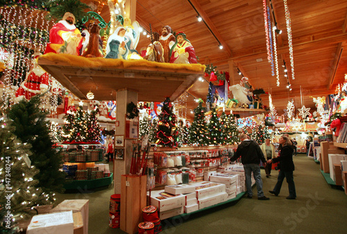 Bronners Christmas Ornaments.Shoppers Browse At Bronner S Christmas Wonderland Store In