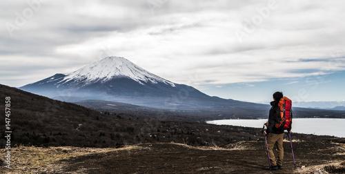 Spoed Foto op Canvas Alpinisme 登山をする男性、ステッキ
