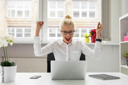 Fotografiet  office person celebrating success