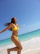 Corriendo disfrutando en la playa.