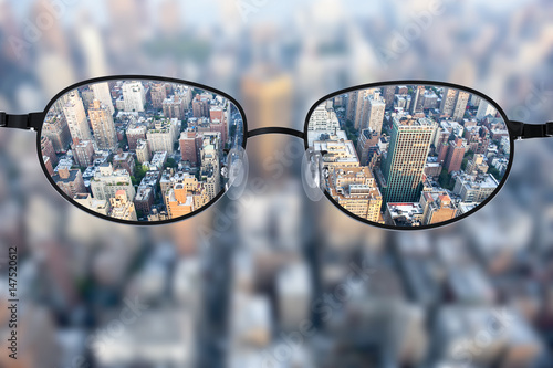 Photo  Clear cityscape focused in glasses lenses