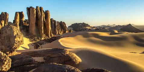 Zalazak sunca u stjenovitoj alžirskoj pustinji -Tassili of Hoggar