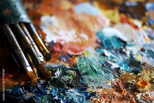 The artist paints a portrait of oil - 147648481