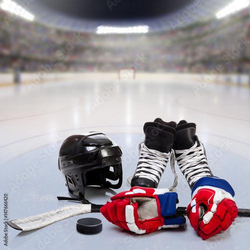 Plakat Sprzęt hokejowy na lodowatej arenie