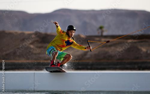 Plakat Wakeboarding sportowca na suwaku w cablepark