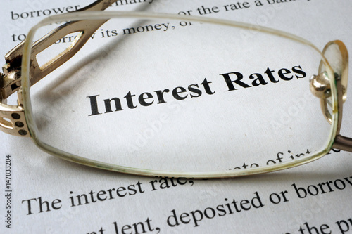 Fotografía  Page of paper with words interest rates and glasses.