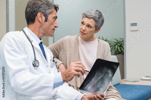 Fotografía  Doctor and senior patient