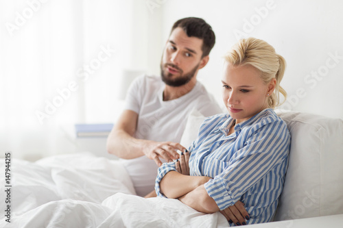 Photo unhappy couple having conflict in bed at home