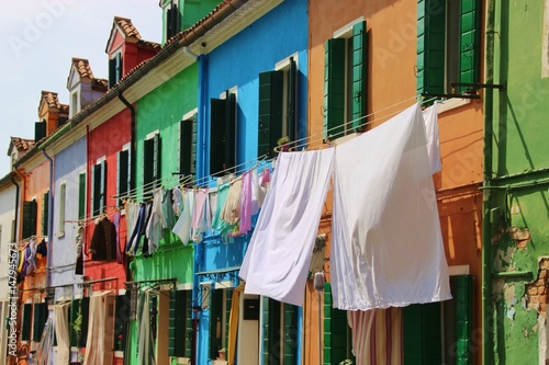 Photo  Bright colored houses and laundry hung up to dry on the island Burano, situated in the Lagoon of Venice, Italy, Europe
