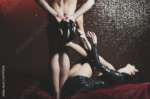Zdjęcie XXL para muskularny mężczyzna i całkiem seksowna kobieta w sukience
