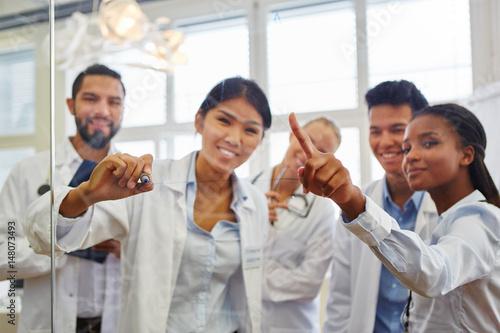 Gruppe Studenten in einer Lerngruppe Canvas Print