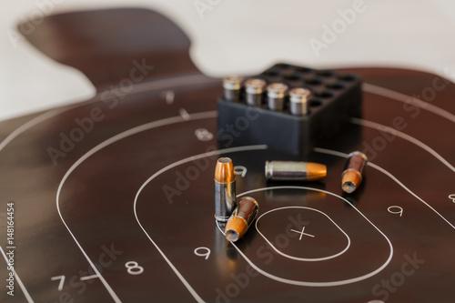 Fotografía  Gun Ammunition And Target