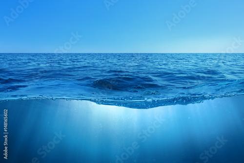 Staande foto Zee / Oceaan Abstract design of water split