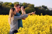 Junges Paar Mit Fernglas Auf Entdeckungstour In Der Natur